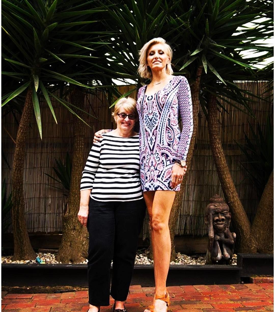 キャロラインアーサーは世界一の脚長!wiki経歴や結婚した旦那は?オーストラリア美女画像!【アンビリバボー】